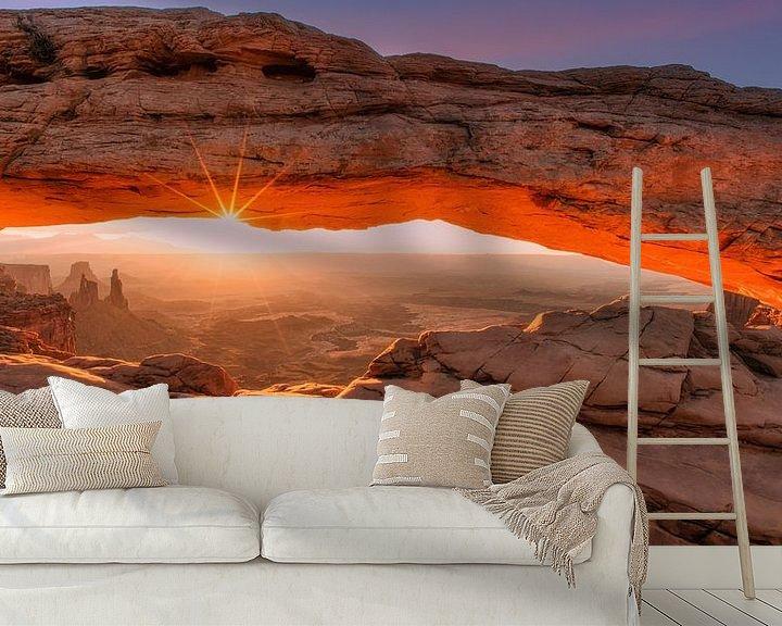 Sfeerimpressie behang: Mesa Arch, Canyonlands van Photo Wall Decoration