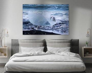 IJsblok op het zwarte strand van IJsland van Marcel Alsemgeest