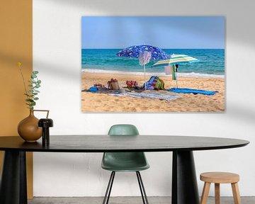 Twee parasols en strandspullen aan zee van Ben Schonewille