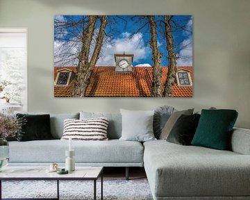 Dak en klok van het gerestaureerde Veenhuizen in Drenthe van Harrie Muis