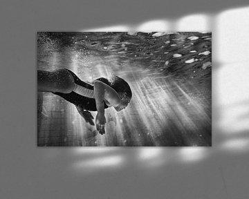 Onderwater zwemmer zwart/wit, underwater black & white von Renata Jansen