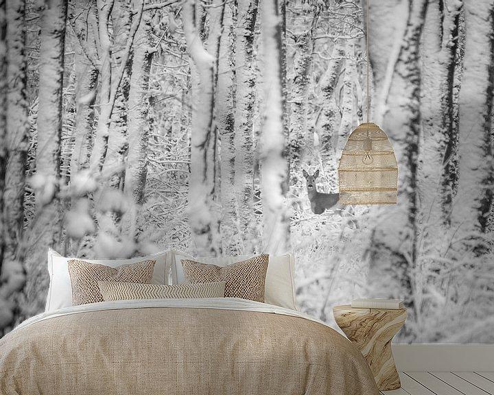 Sfeerimpressie behang: Ree in winters bos (zwart wit) van Martzen Fotografie