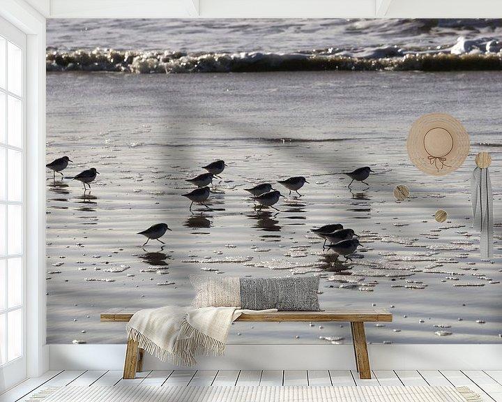 Sfeerimpressie behang: Strandlopertjes aan zee van Barbara Brolsma
