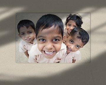 Indien, Kleine Jungen lachen von Atelier Liesjes