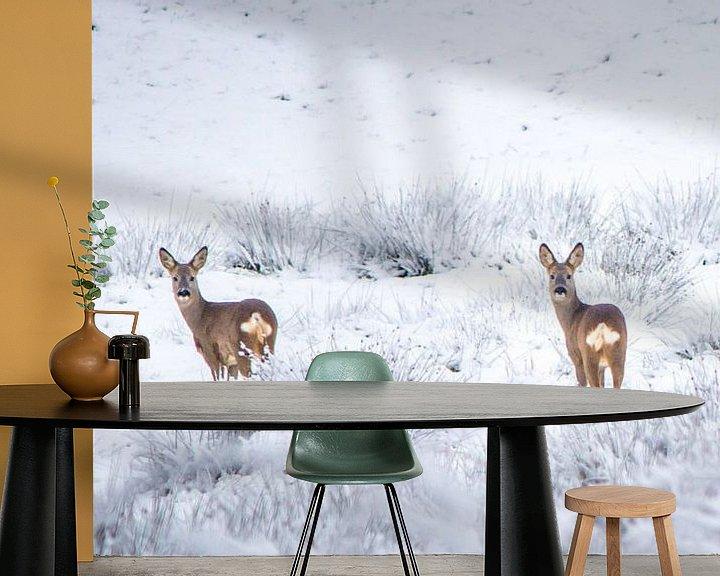 Sfeerimpressie behang: Reeën in sneeuwlandschap van Martzen Fotografie