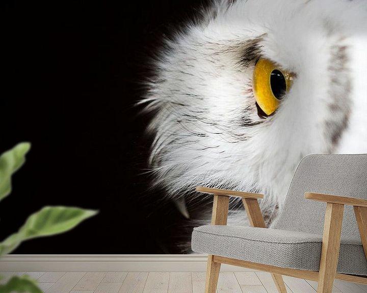 Sfeerimpressie behang: Sneeuwuil op wacht. van Marco Willemsen