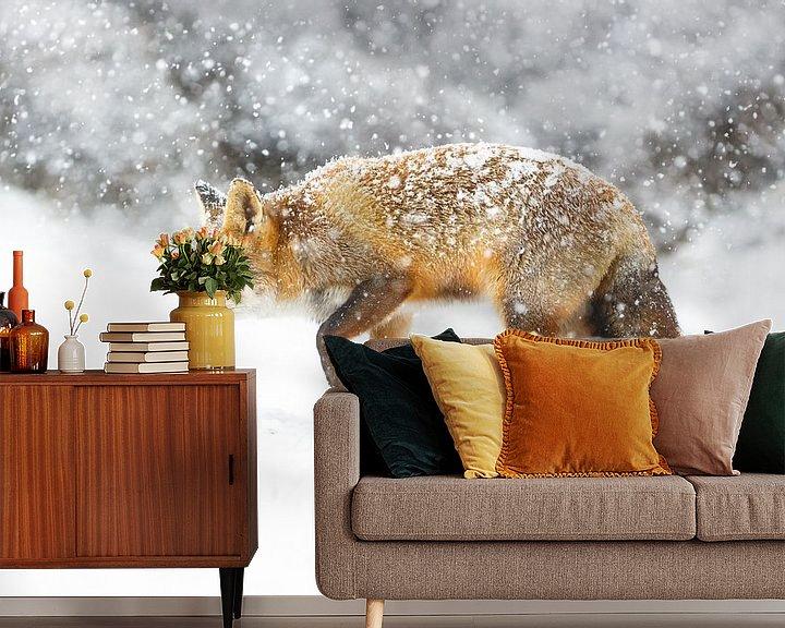 Sfeerimpressie behang: Vos tijdens een sneeuwstorm van Pim Leijen
