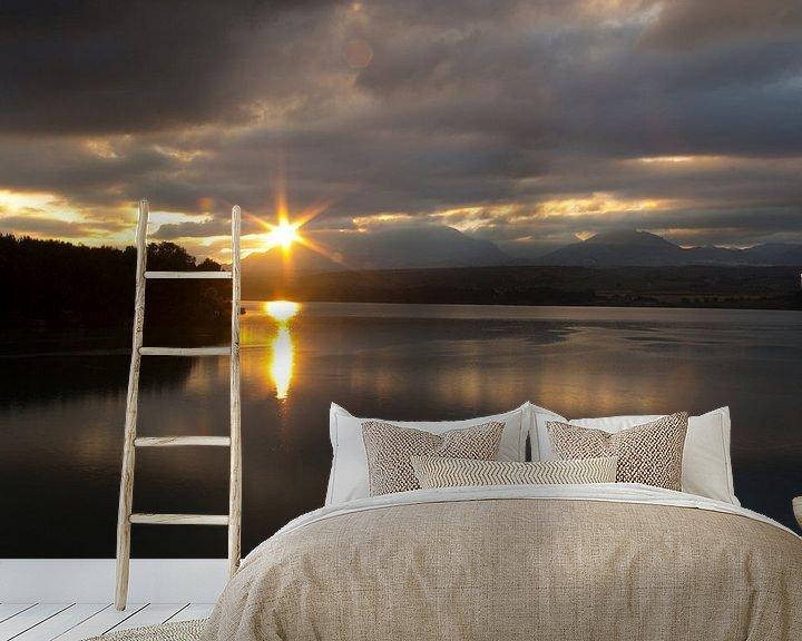 Sfeerimpressie behang: Sunrise Lake van Cornelis (Cees) Cornelissen