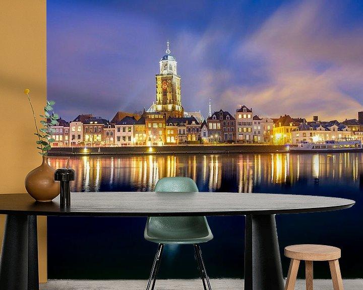 Sfeerimpressie behang: Skyline van Deventer aan de IJssel tijdens een koude winteravond van Sjoerd van der Wal