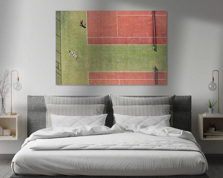 Sfeerimpressie: Tennisbaan in vogelvluchtperspectief met een zonnend meisje en een tennisspeler van Marco van Middelkoop