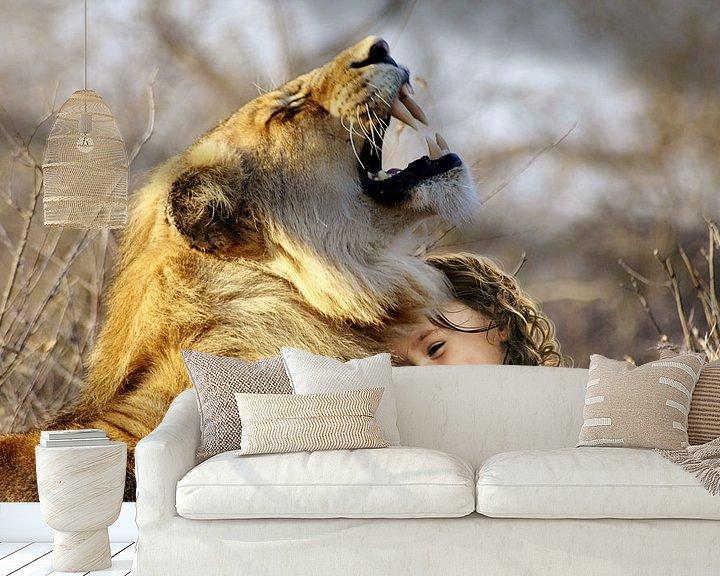 Sfeerimpressie behang: Leeuw met kleuter van Sarah Richter