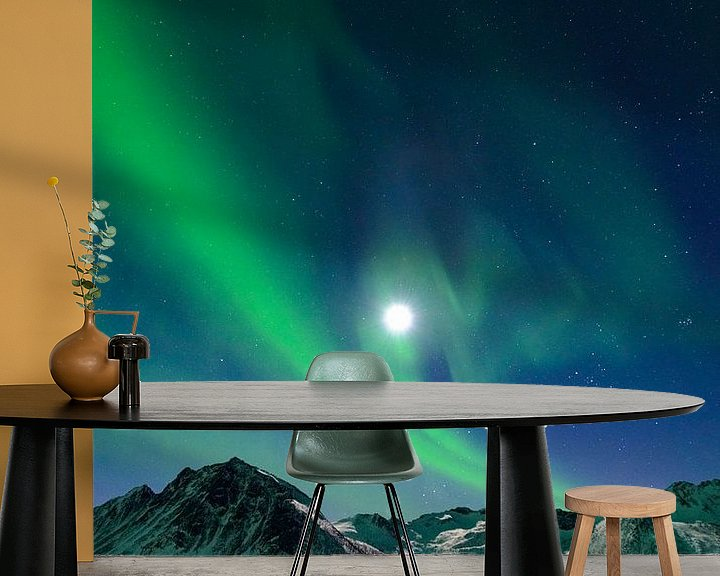 Sfeerimpressie behang: Noorderlicht boven de bergen van Senja in Noord-Noorwegen van Sjoerd van der Wal