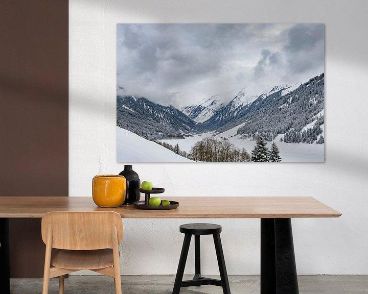 Sfeerimpressie: Uitzicht over de met sneeuw bedekte bergen in de Tiroler Alpen in Oostenrijk van Sjoerd van der Wal
