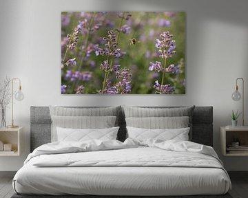Bij tussen de bloemen von Leon Doorn