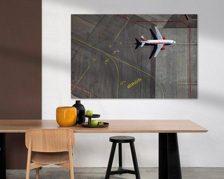 Sfeerimpressie: Een EasyJet Airbus op weg naar de gate op het H platform te Schiphol van Marco van Middelkoop