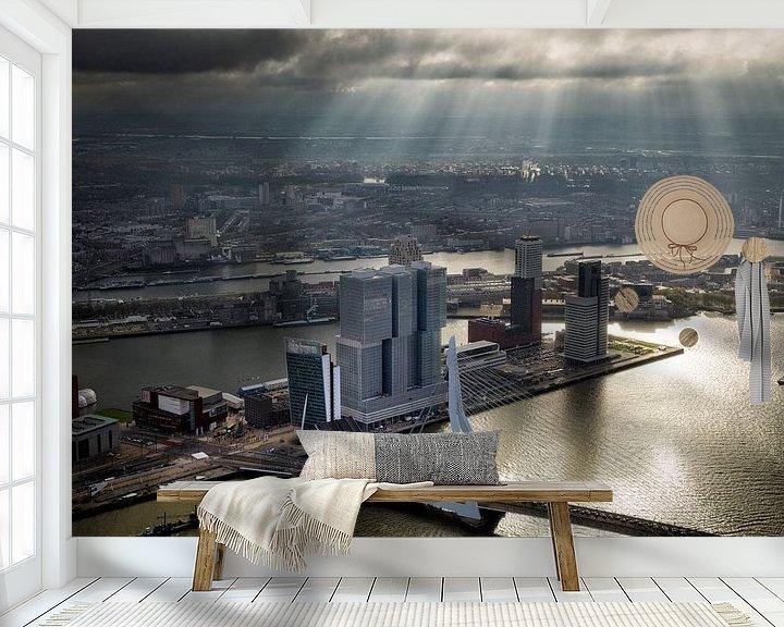 Sfeerimpressie behang: Rotterdam, een zonneharp schijnt over de Erasmusbrug  en de Wilhelminapier  van Marco van Middelkoop