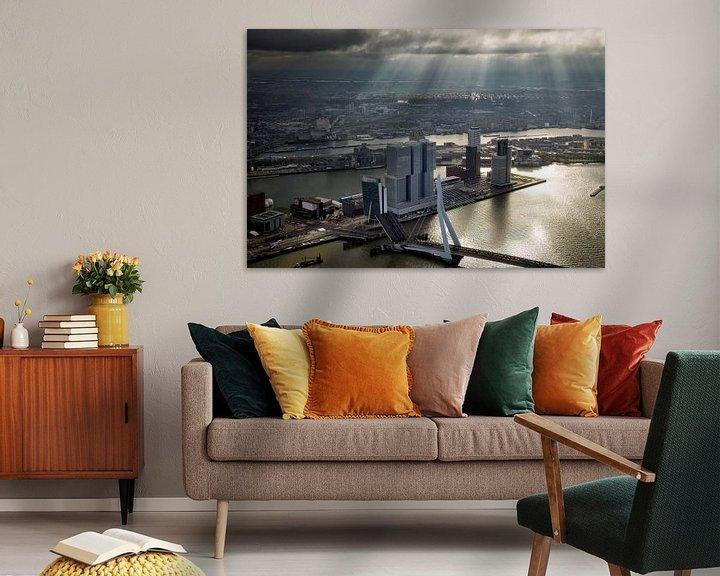 Sfeerimpressie: Rotterdam, een zonneharp schijnt over de Erasmusbrug  en de Wilhelminapier  van Marco van Middelkoop