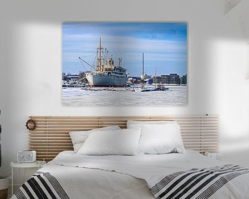 Ein Schiff im Stadthafen von Rostock von Rico Ködder