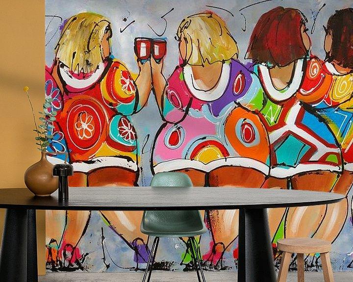 Sfeerimpressie behang: Proostende dames van Vrolijk Schilderij