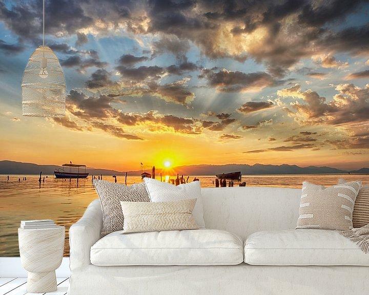 Sfeerimpressie behang: Zonsondergang aan het meer van Ohrid Macedonië van Cor de Hamer