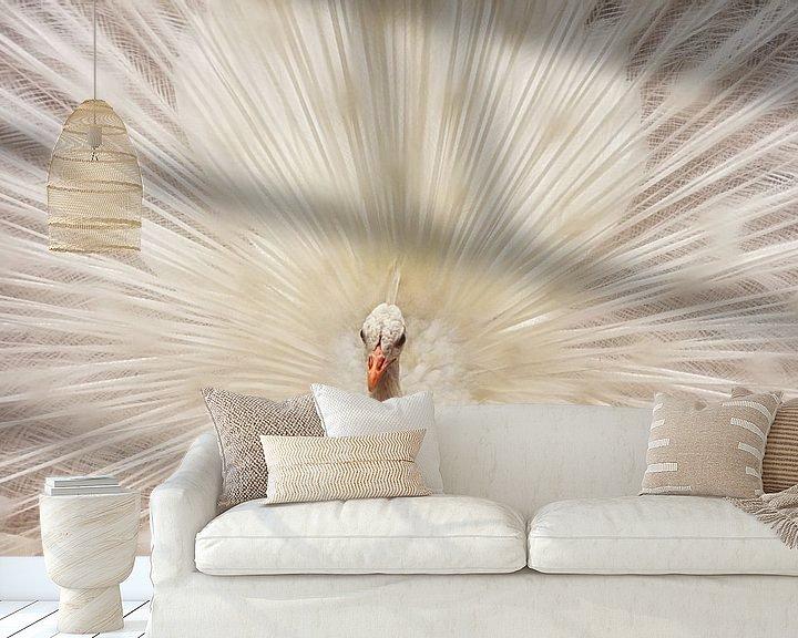 Sfeerimpressie behang: Witte pauw met verenpracht van Marcel van Balken