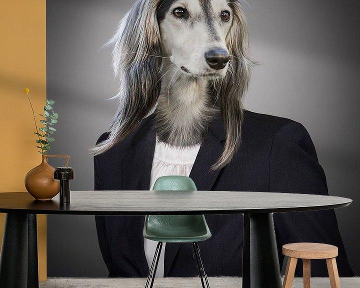 Sfeerimpressie behang: Hond in maatpak van Sarah Richter