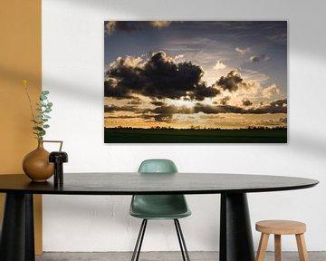Zonsondergang tussen de wolken door sur Jasper van de Gronde