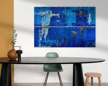 Blauwe scheepsromp met lasnaad en roestvlekken