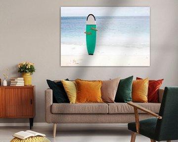 Surfer am weißen Strand Bali von Vivian Raaijmaakers