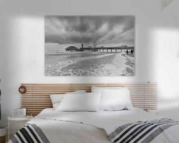 Schwarz / weiß Foto des Piers in Scheveningen. von Johan Kalthof