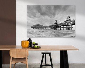 Schwarz / weiß Foto von der Pier in Scheveningen während eines Sturms Wester. von Johan Kalthof