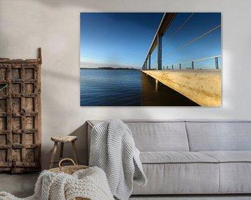 Moderne Brücke mit Spannweite über das Wasser von Fotografiecor .nl