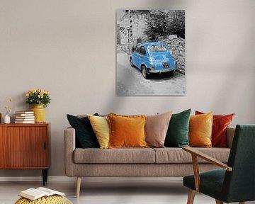 FIAT 500 in hellblau in einer schwarz-weißen Straßenszene von iPics Photography