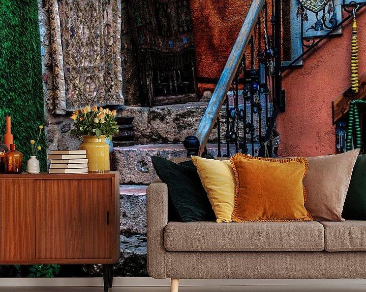 Sfeerimpressie behang: Kleurrijke opgang naar woning van Leo van Vliet