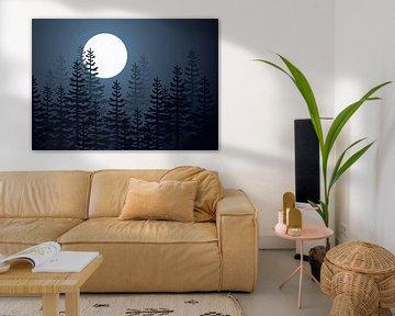 De maan schijnt door de bomen.