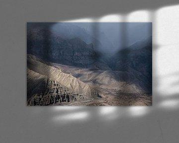 Randonnée dans un paysage accidenté de l'Himalaya au Népal.