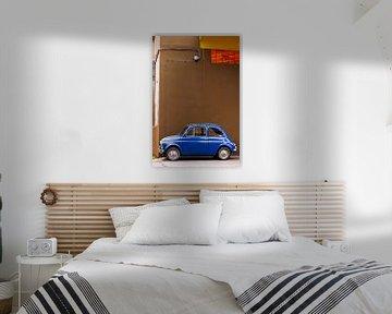 Blauwe Fiat 500 in straatbeeld van arjan doornbos