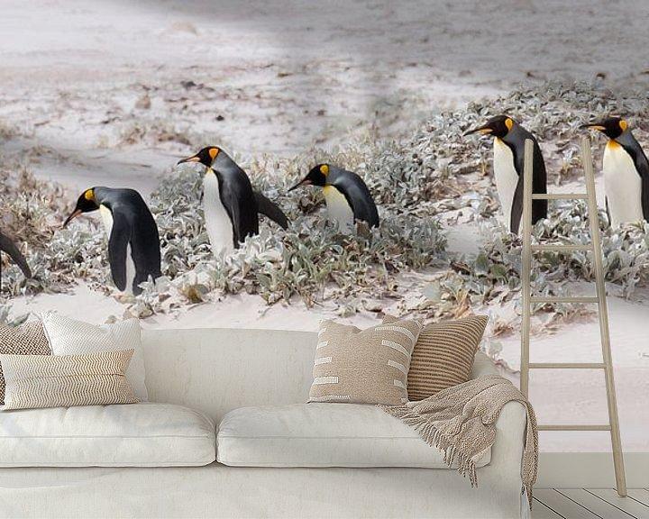Sfeerimpressie behang: Let's continue with penguins van Claudia van Zanten