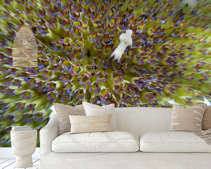 Sfeerimpressie behang:  Zonnebloem close up van Sabine Trines