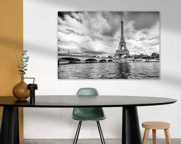 Eiffeltoren in Parijs met dreigende lucht von Celina Dorrestein