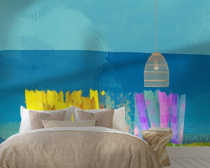 Sfeerimpressie behang: Lisse bloemen geel op blauw van Joost Hogervorst