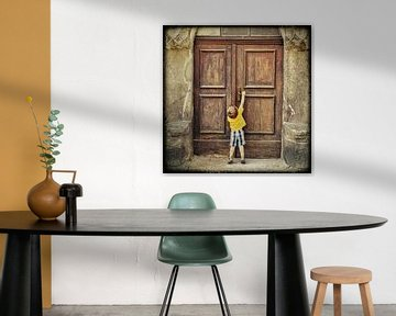 Jongentje voor deur