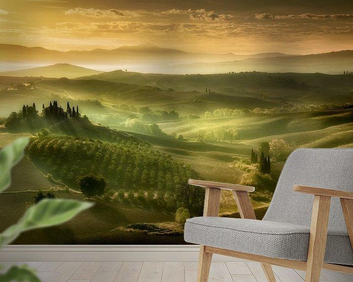 Sfeerimpressie behang: Zonsopkomst in Toscane. van Piet Haaksma