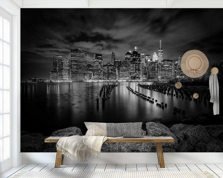 Sfeerimpressie behang: SKYLINE van MANHATTAN zonsondergang over de Stad New York | zwart-witt van Melanie Viola