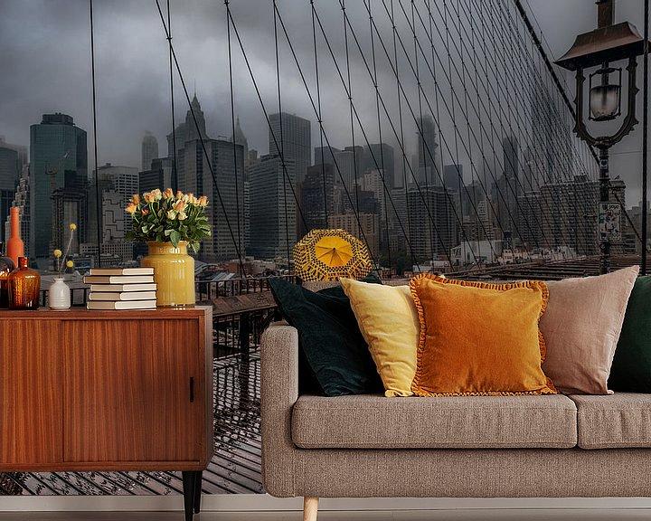 Sfeerimpressie behang: Yellow Umbrella On The Brooklyn Bridge van Nico Geerlings