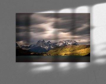 Bedrohlicher Himmel in Torres del Paine von Gerry van Roosmalen