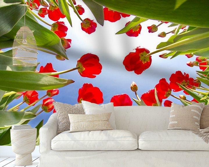 Sfeerimpressie behang: Tulpen vanaf de onderkant van Marcel Verheggen