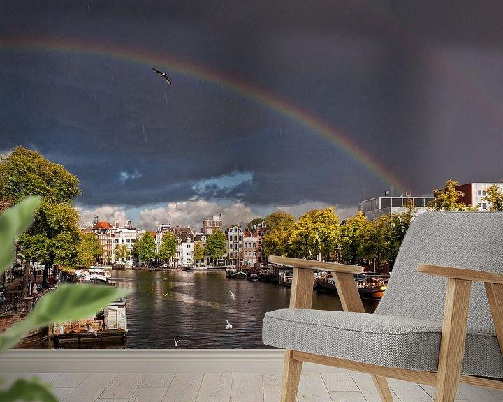 Sfeerimpressie behang: Regenboog over de Amstel van Tom Elst