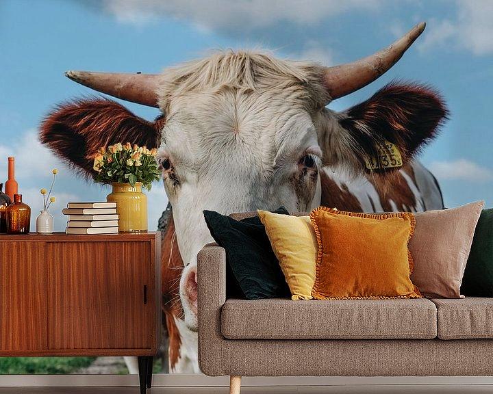 Sfeerimpressie behang: Smiling cow van Karin vanBijleveltFotografie