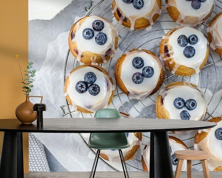 Sfeerimpressie behang: Teacakes met blauwe bessen & amandelen van Nina van der Kleij
